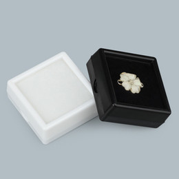 Pietra preziosa bianca nera online-Scatola d'imballaggio di pietra preziosa di plastica per le gemme di pietre preziose Scatole regalo di vendita al dettaglio di gioielli di gioielli bianchi neri con coperchio trasparente
