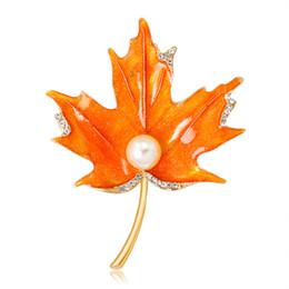 Broches de corea online-Broche de perlas de aleación Diamante Gota de arce Broche de perlas Gemas Corsé Japón Corea del Sur Temperamento de moda Superior Joyería Ropa Mujeres 2 Color