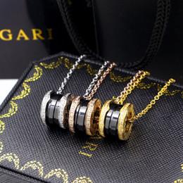 Colliers en céramique noirs / blancs avec strass, or jaune / or rose / métal en métal argenté Chaîne en acier inoxydable pour femmes / hommes à long pendentifs ? partir de fabricateur