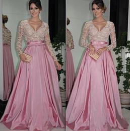 Cinto de tafetá on-line-Vestidos de noite com mangas compridas V Neck frisado 2019 Tafetá Ruffled A linha de vestidos de baile Mãe da noiva vestidos de noite vestidos com cinto