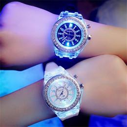 2019 силиконовые часы Роскошные люминесцентные часы Diamond Rhinestone 7 цветов Led Lights Кварцевые аналоговые мужские наручные мужские мужские силиконовые часы дешево силиконовые часы