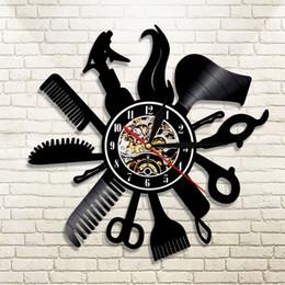 Presente diy para a mudança do relógio 2018 Barber Shop Relógio De Parede De Vinil Loja de Salão de Beleza Do Vintage Relógio de Parede Decoração de Corte de Cabelo Presente Para Cabeleireiro de