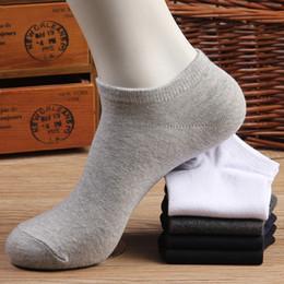 chaussettes gris homme Promotion Chaussettes pour hommes de marque de qualité chaussettes de bateau de maille d'été de polyester de couleur pour mâle blanc noir gris couleur respirant décontracté chaussettes courtes Calcetines