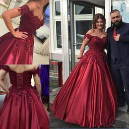 vestidos 15 cor coral Desconto Lindo Borgonha 2018 Quinceanera Vestido De Baile Vestido De Renda Off-Ombro Apliques De Baile Vestido de Festa Lace-up Voltar Frisado Vestidos de Noite