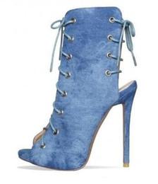 illuminare gli stilettos Sconti 2018 stivaletti alla caviglia in denim blu chiaro peep toe tacco a spillo tacco alto in pizzo jeans pompe moda tendenza strappy stivali gladiatore