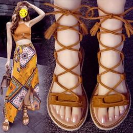 2019 sandalias planas borla marrón Nueva alta calidad de cuero genuino sandalias de las mujeres dama de moda cuerda de paja plana con cordones borla zapatos de diseño zapatos casuales femeninos negro / marrón sandalias planas borla marrón baratos