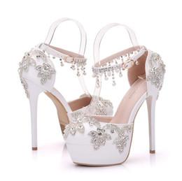 Zapatos de boda perlas rhinestones online-2018 Mujeres Elegantes Zapatos de Boda de Encaje de Perlas Plataforma de Flores Rhinestone de tacón alto Bomba de la Novia Zapatos de Vestir Más el Tamaño 41