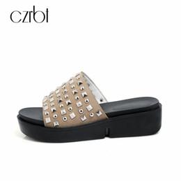 sandali scivolo piattaforma Sconti CZRBT 2018 New Summer Slippers Platform Scarpe da donna Casual Fashion Comodo Rivetto Flat Ladies Sandali Diapositive 4cm Grandi dimensioni