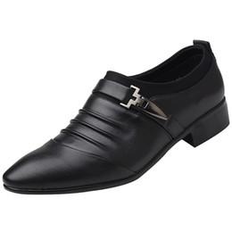 Nuevos hombres británicos Slip On Split cuero en punta del dedo del pie de los hombres zapatos de vestir de la boda de negocios Oxfords zapatos formales para hombre 2018 38-47 desde fabricantes