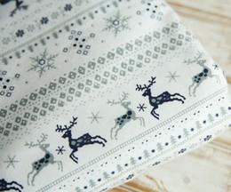 Sottili alberi di natale online-110cm x 50 cm Retro Natale sottile bianco a strisce alci cervi alberi di pino innevato tessuto in cotone fatti a mano fai da te giocattolo casa tessuto di stoffa