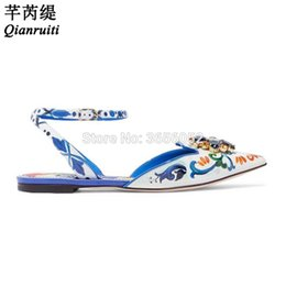 2019 zapatos planos blancos bling Qianruiti Blanco Azul Impresión de Cuero Floral Sandalias Punta estrecha Correa del tobillo Zapatos planos Verano Bling Cristal Sandalias de las señoras zapatos planos blancos bling baratos
