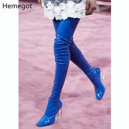 2019 saltos altos em couro laranja Modelo de moda T Show Botas Mulheres Vermelho Azul Laranja Que Bling Brilhante Senhoras de Couro de Patente Botas de Alta Transparente PVC Sapatos de Salto Quadrado desconto saltos altos em couro laranja