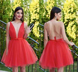 Красная лента для одежды назад онлайн-Red Short Prom Dresses Sexy Deep V Neck Sleeveless Pleated Tulle Ribbon Backless Fashion Party Dresses Sexy Homecoming Dresses