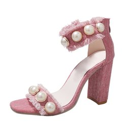 Tacones de cuentas azules online-Las mujeres de lujo Pink Pink Denim Sandals Tacones Chunky con cuentas Zapatos de vestir Las bombas de gama alta de la perla Joyería Think Heel Sandalias de mezclilla