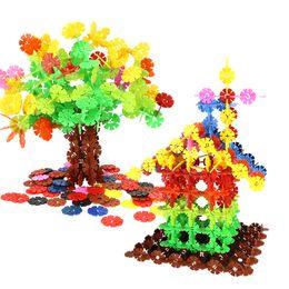 Blockgehäuse online-Großhandel Schneeflocke Bausteine Spielzeug Kinder Montage Weihnachtsbaum Haus Baustein Geeignet für Jungen und Mädchen