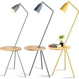 lampara led cafe Rebajas Sala de estar nórdica dormitorio estudio de pie lámpara de pie color mesa de centro simple Macarons Hotel lámparas de pie de madera
