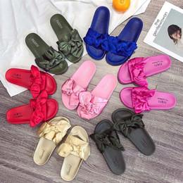 c13355cb628 Nouveau Leadcat Fenty Rihanna Chaussures Femmes Bowtie Pantoufles Intérieur  Sandales Filles Fashion Scuffs Blanc Gris Rose Noir Diapositive new fenty  shoes ...