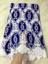 Tissu africain en dentelle guipure nigérienne de haute qualité mélange de dentelle velours cordon dentelle en bleu et blanc pour la robe de mariée ? partir de fabricateur