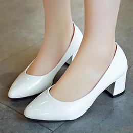 Canada Plus la taille 33-41 femmes chaussures talons moyens pompes bout pointu chaussures de mariage blanc en cuir verni chaussures bateau robe pompe cheap medium heels wedding shoes Offre
