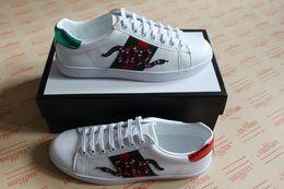 NOVA Personalidade de Luxo designer ace sapatos com qualidade superior de couro real dos homens das mulheres casuais tênis listra vermelha verde bordado tigre abelha