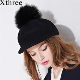 Cappellino invernale con cappuccio ottagonale in lana da donna Xthree con  visiera fashion cap con pom pom in pelliccia di struzzo S926 0112ef936940