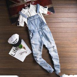 8a0ceee2 2018 Moda de verano Casual Light Blue Denim Overol Jeans rasgados Bolsillos  Agujero largo Hombre Jeans Boyfriend Monos rebajas mono ligero de mezclilla