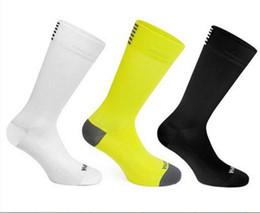 Tapa de tubo de nylon online-Rapha de calidad superior nuevos calcetines de ciclismo hombres de tubo largo hombres y mujeres deportes al aire libre de secado rápido calcetines calcetines de bicicleta