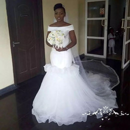 Robe de mariée trains d'voile d'épaule en Ligne-Robes de mariée de sirène africaine sur l'épaule à volants en couches de tulle robe de mariée plage pas cher compte train Dubaï robes de mariée sans voile