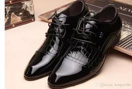 Studio Fotos weißes Kleid Schuhe Herren Herren Business Englisch Korean männlichen Jugend spitzen Schuhe Spitze Hochzeit von Fabrikanten