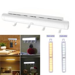 éclairage de nuit des escaliers Promotion Lumières portatives de placard de lumière de nuit sans fil rechargeable de lumière de capteur de mouvement USB avec des crochets détachables pour l'escalier de couloir de Cabinet