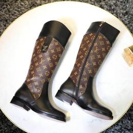 Botas clásicas de piel de oveja online-Senior diseño de moda femenina maestro de gama alta botas femeninas zapatos antiguos de flores de lujo de cuero de vaca cuero forro de piel de oveja señoras botas