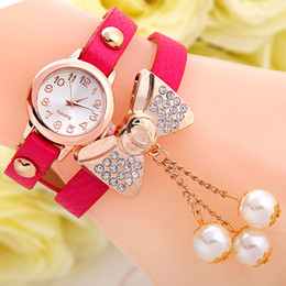 Il nuovo arrivo avvolge intorno agli orologi del quarzo delle donne della catena del cuoio d'imitazione del cristallo di Bowknot della perla della vigilanza della vigilanza del braccialetto DHL libera il trasporto da cuoio avvolgere orologio da polso fornitori