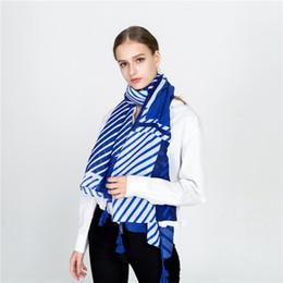 2019 bufanda de rayas azul blanco SpaRogerss 2018 bufanda de la moda de las nuevas mujeres del otoño azul y blanco a rayas bufanda niña 170x90cm protector solar borla sombreado mt1685 bufanda de rayas azul blanco baratos