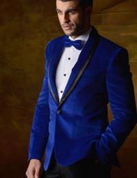2019 trajes de terciopelo azul real Mantón de solapa Royal Blue Velvet Groom Tuxedos Hombres Trajes formales Los hombres de negocios usan trajes de cena de graduación (Chaqueta + Pantalones + Corbata + Cintura) NO; 439 rebajas trajes de terciopelo azul real