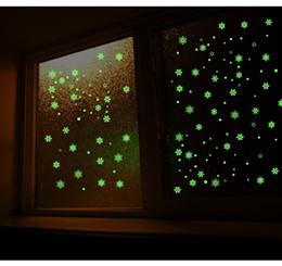 Neue jahre hintergründe online-Neues Jahr Frohe Weihnachten Dekorationen für Home Luminous Snowflake Hintergrund Dekorative Aufkleber Abnehmbare Navidad Natal