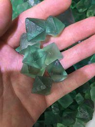 Piedras de jardín de grava online-2018 nuevo cubo verde de la fluorita de moda, productos irregulares del acuario de la piedra cristalina de la grava la decoración casera del jardín, ventas a granel