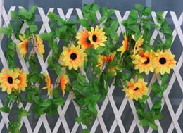 Cerca de la flor artificial online-Seda falsa Girasol Hiedra Vid Flores artificiales con hojas verdes Guirnalda colgante Cercas de jardín Decoración de la boda en el hogar
