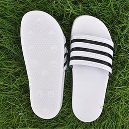 Designer Pantofole Sport Brand Lettera Uomo Estate Sandali in gomma Beach  Slide Luxury Slides Fashion Scuff Pantofole Indoor Shoes scivoli sportivi  in ... 5a1445a407a7