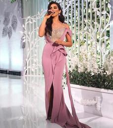 Deutschland 2018 Abschlussballkleider Middle East Pearls Beaded Sheer Ausschnitt mit Blush Pink Split Abendkleider mit Side Sash Train Versorgung