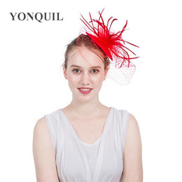 Accesorios de decoración de pelo para la boda online-Exquisito Para Mujeres Señora Cap Fascinator Velo Pluma Malla Clips de Pelo Sombreros Decoración Del Banquete de Boda Accesorios Para el Cabello Rojo 22xm BB