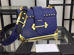 kalbslederhandtaschen Rabatt 1BD045 20cm Cahier besetzte Saffiano Kalbsleder-Schulter-Handtaschen, 2 innere Taschen, Lederfutter mit Staubbeutel Freies Verschiffen