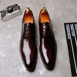Zapatos de vestir de punta borgoña para hombre online-Diseñador para hombre zapatos de vestir en punta del dedo del pie del cuero genuino negro Borgoña marca formales Oxford zapatos para hombres de boda zapatos planos de baile