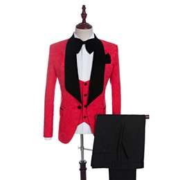 2019 trajes azul real corbata roja 2018 Black Velvet Chal solapa novio esmoquin rojo / blanco / negro / azul real trajes de hombres boda mejor hombre Blazer (chaqueta + pantalones + Tie + chaleco) trajes azul real corbata roja baratos