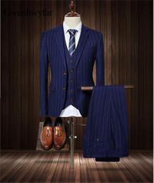 Los hombres azul marino de la marca de calidad superior se adaptan a la chaqueta de los hombres de la raya los trajes ajustados del esmoquin del novio de la boda masculina Prom 2018 (chaqueta + pantalones + chaleco) desde fabricantes