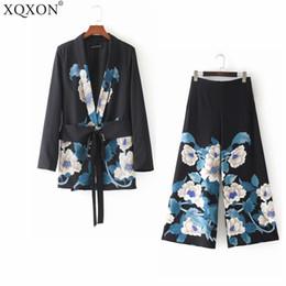2d5b2b10e62 Trajes de las mujeres 2018 Otoño negro Abrigo Mujeres Moda Vintage Retro  Floral Print Kimono Blazer chaqueta y pantalones de pierna ancha Trajes