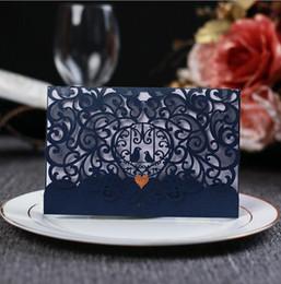 Corte laser barato online-Elegante Laser Cut Hollow Flower Invitaciones de Boda Tarjetas con Crystal 2018 azul marino marfil personalizada Tarjeta de invitación nupcial Barato