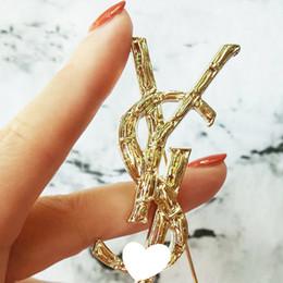 Nueva Marca de Lujo Cartas Broche 6.5 * 3.5 cm Mujeres Famoso Diseñador Traje de Solapa Pin Marca Accesorios de Joyería de Regalo de Alta Calidad desde fabricantes