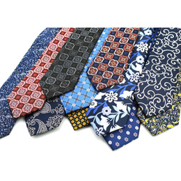 Corbatas de seda para hombres 2018 Corbata de nueva moda 7cm Floral Rojo  Azul Negro Amarillo a cuadros Corbata de Paisley retro Vintage Paisley 7f757afb0b65