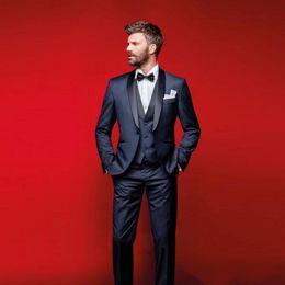 2019 pantalón formal para hombre azul marino. New Navy Blue Tuxedos de boda Slim Fit Trajes para hombres Padrinos de boda Traje de tres piezas Baratas Prom trajes formales para hombres (chaqueta + pantalones + chaleco + pajarita) pantalón formal para hombre azul marino. baratos