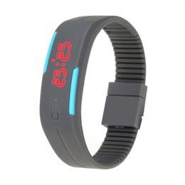 Resistente al agua deporte relojes mujeres online-Reloj LED Hombres Mujeres Relojes deportivos Resistente al agua Pulsera digital de moda Mujer Reloj de pulsera al aire libre para regalos